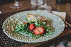 Arugula, nervures et fraise photos stock