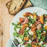 Arugula, prosciutto, μοτσαρέλα και ψημένη στη σχάρα σαλάτα ροδάκινων, τοπ άποψη Στοκ εικόνα με δικαίωμα ελεύθερης χρήσης