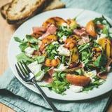 Arugula, prosciutto, μοτσαρέλα και ψημένη στη σχάρα σαλάτα ροδάκινων Στοκ Φωτογραφίες