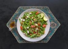 Arugula sałatka z quinoa na czerń stole żywienioniowy jedzenie fotografia royalty free
