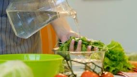Arugula sano vegetariano del lavado de la comida del cocinero de la ensalada metrajes