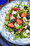 Arugula, strawberry, blueberry and blue cheese salad Royalty Free Stock Images
