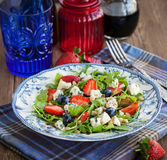 Arugula, strawberry, blueberry and blue cheese salad Stock Images
