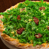 Arugula and sundried tomato pizza Stock Photography