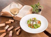 Arugula- und Kürbissalat auf einem Holztisch lizenzfreie stockbilder