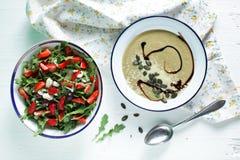 Arugulasalat mit Erdbeeren und sahniger Suppe der Aubergine Lizenzfreies Stockfoto