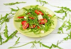 Arugulasallad med körsbärsröda tomater Fotografering för Bildbyråer