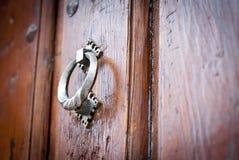 Arumklopfer auf der Holztür Lizenzfreie Stockfotos