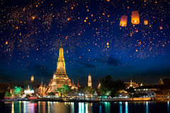 Arun de Wat avec la lanterne de krathong, Bangkok Photo stock