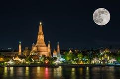 Arun de Wat en noche con la Luna Llena estupenda Imagen de archivo