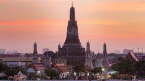 Arun temple in pink twilight, Bangkok Thailand Stock Photos