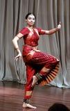Aruna Kharod che esegue ballo classico del bharatanatyam nel museo di arte di Blanton immagini stock