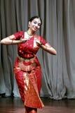 Aruna Kharod die bharatanatyam klassieke dans in Blanton-Museum van Art. uitvoeren stock foto