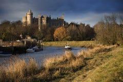 arundel城堡包围苏克塞斯的英国草甸查看了西部 免版税库存图片