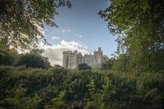 arundel城堡包围苏克塞斯的英国草甸查看了西部 免版税库存照片