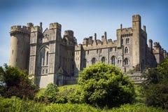Arundel slott som ses från flodstranden i den Sussex staden Royaltyfri Bild