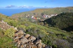 ARURE,戈梅拉岛,西班牙:与Arure和大西洋的绿色风景在背景中 库存照片