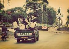 ARUSHA, TANZANIA in AFRIKA. Eine Gruppe junge Männer, die ihre Staffelung feiern Lizenzfreie Stockfotografie