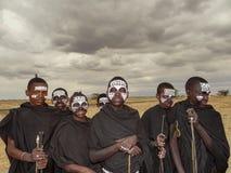 Arusha Tanzania - Augusti 2012 Oidentifierade barnMaasai krigare, Maasaien är den mest välkända allra afrikanska person som tillh arkivfoton