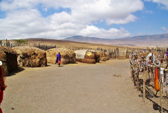 ARUSHA, TZ - ОКОЛО август 2010 - деревня Masai в Serengeti Nati Стоковое фото RF