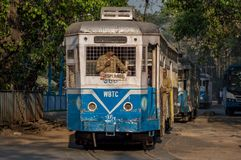 Arvet av Kolkata, spårvagnar som väntar på passagerare på en söndag morgon Arkivfoton