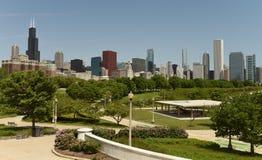 Arvey领域在格兰特backgr的公园和芝加哥摩天大楼 免版税库存图片