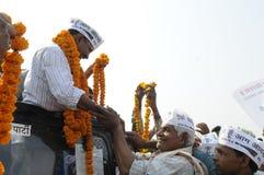 Arvind Kejriwal che è garlanded Fotografia Stock