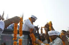 Arvind Kejriwal che è garlanded Fotografie Stock Libere da Diritti