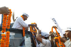 Arvind Kejriwal che è garlanded Immagine Stock