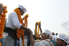 Arvind Kejriwal som är garlandeds Arkivfoto