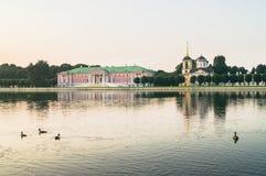 Arystokratyczny dwór i kościół z dzwonkowy wierza obok stawu w nieruchomości Kuskovo, Moskwa Obrazy Stock