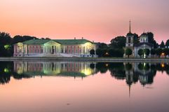 Arystokratyczny dwór i kościół z dzwonkowy wierza obok stawu w nieruchomości Kuskovo, Moskwa obrazy royalty free
