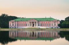 Arystokratyczny dwór obok stawu w nieruchomości Kuskovo, Moskwa Zdjęcie Royalty Free