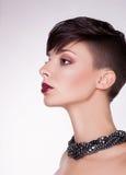 Arystokratyczny profil Nowożytna Nakładająca kobieta - Krótcy włosy, Bob obrazy stock