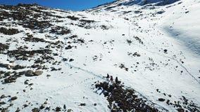Arywiści są na śniegu w górach Strzelać z trutniem obraz royalty free