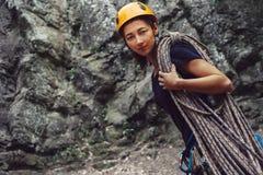 Arywista kobiety pozycja z linowy plenerowym Fotografia Stock