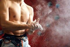 Arywista pokrywa jego ręki w proszek kredy magnezie wspinać się salowego, w górę fotografia stock