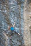 Arywista trenuje wspinać się skałę obrazy stock