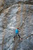 Arywista trenuje wspinać się skałę fotografia royalty free