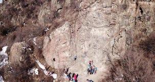 Arywista wspina się skałę Dziewczyna i chłopiec wspinamy się skałę Rockowego pięcia lekcje zbiory wideo