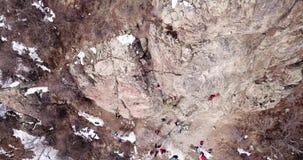Arywista wspina się skałę Dziewczyna i chłopiec wspinamy się skałę Rockowego pięcia lekcje zbiory