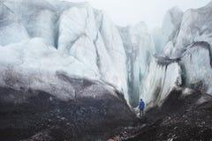 Arywista z czekanów stojaki przy stopą Wielki lodowiec obok epopei pęknięcia w mgle w górach fotografia stock