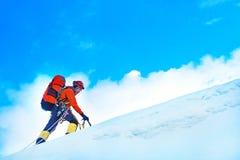 Arywista z plecakami dosięga szczyt halny szczyt succ Obrazy Royalty Free