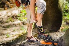 Arywisty kładzenia pięcia butów dalej - zakończenie up zdjęcie royalty free