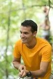 Arywisty mężczyzna mienia arkana w przygoda parku Fotografia Stock