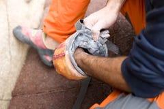 Arywisty mężczyzna pokrywa jej ręki w proszek kredy magnezie Zdjęcie Stock