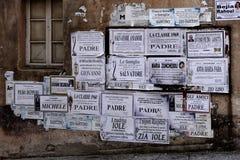 ARZACHENA, SARDINIA/ITALY - 20 DE MAYO: Carteles en una pared en Arzach Fotos de archivo libres de regalías