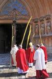 Arzobispo de Tarragona que entra en la catedral Imagen de archivo libre de regalías