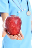 Arzt, der Apfel zeigt Lizenzfreie Stockfotos
