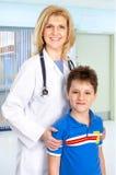 Arzt der Familie und ein Kind stockbild